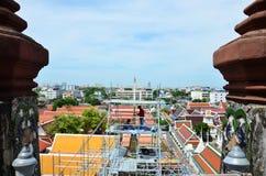 El pintor renueva el prang del ratchawararam de Wat Arun Fotografía de archivo libre de regalías