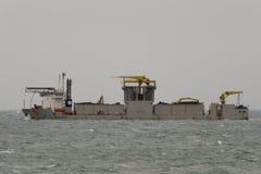 13.02.2014 - El pipeburying de Specialiced, minando, fallpipe, buque rockdumping Simon Stevin en el refugio en la bahía de Aberdou Imagenes de archivo