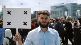 El piquete de un hombre con una bandera en sus manos en las cuales usted puede poner su logotipo