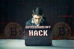 El pirata informático con una cara está intentando robar cryptocurrency usando un ordenador Fraude y timo en Cryptojacking imagenes de archivo