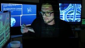 El pirata informático criminal cibernético se sostiene en tarjeta de banco robada las manos, roba finanzas a través de Internet,  almacen de video