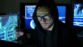 El pirata informático de ordenador que roba el dinero con la tarjeta de banco robada, roba finanzas a través de Internet, piratas almacen de metraje de vídeo