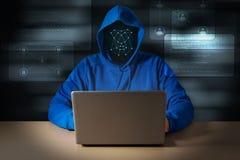 El pirata informático de ordenador roba datos del ordenador portátil imagen de archivo libre de regalías