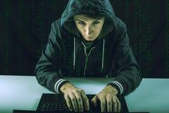 El pirata informático en la oscuridad rompe el acceso para robar la información Imagen de archivo