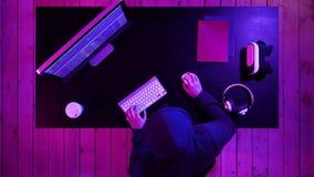 El pirata informático encapuchado peligroso se rompe en los servidores de datos del gobierno e infecta su sistema con un virus metrajes