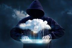 El pirata informático intenta conseguir en la transferencia de datos de la nube Imágenes de archivo libres de regalías