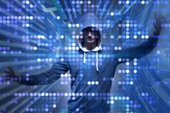 El pirata informático joven en concepto cibernético de la seguridad imágenes de archivo libres de regalías
