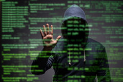 El pirata informático joven en concepto de la seguridad de datos imagen de archivo libre de regalías