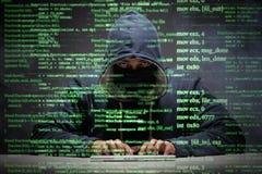 El pirata informático joven en concepto de la seguridad de datos fotografía de archivo libre de regalías
