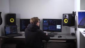 El pirata informático profesional agrietó el código y penetró al servidor con una base de datos grande Un ataque cibernético acer almacen de video