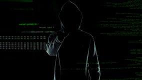 El pirata inform?tico hace gesto que amenaza en la c?mara, el ataque cibern?tico y el chantaje imágenes de archivo libres de regalías