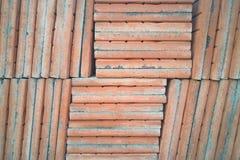 El piso anaranjado del ladrillo en la calle de la construcción para el tex del fondo imagen de archivo libre de regalías