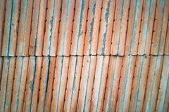 El piso anaranjado del ladrillo en la calle de la construcción para el tex del fondo imágenes de archivo libres de regalías