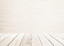 El piso de madera blanco de los tablones con la sepia de madera interior y blanca de madera de la pared del piso entona imagen de archivo libre de regalías