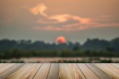 El piso de madera con el fondo borroso de la puesta del sol Fotos de archivo libres de regalías