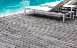 El piso de madera, la piscina y la piscina blanca acuestan Fotografía de archivo libre de regalías