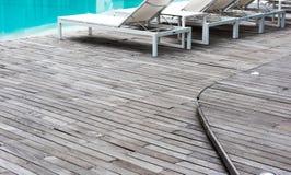 El piso de madera, la piscina y la piscina blanca acuestan Foto de archivo