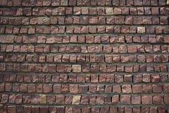 El piso rojizo ajustó bloques con textura irregular de las formas foto de archivo