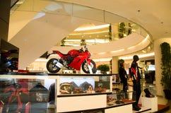 El piso rojo 2sn del motor estupendo real DUCATI 2017 en el centro del orgullo del modelo de Tailandia de Bangkok Tailandia Foto de archivo libre de regalías