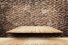 El piso y los estantes de madera en textura de piedra moderna emparedan el fondo Imágenes de archivo libres de regalías