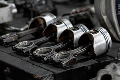 El pistón del motor quitado del motor agujerea para la reparación, trabaja a máquina el equipo y dañado del trabajo de la industr Imágenes de archivo libres de regalías