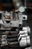 El pistón del motor quitado del motor agujerea para la reparación, trabaja a máquina el equipo y dañado del trabajo de la industr Foto de archivo libre de regalías