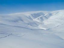 El piste y el polvo extensos del esquí nievan de piste Imágenes de archivo libres de regalías