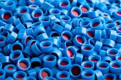 El plástico azul y rojo capsula el fondo Foto de archivo libre de regalías