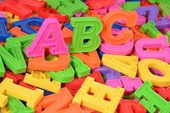El plástico coloreado pone letras a ABC Fotos de archivo