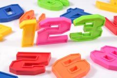 El plástico colorido numera 123 en blanco Fotografía de archivo