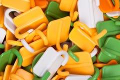 El plástico engancha el fondo Imágenes de archivo libres de regalías