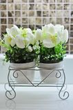 El plástico hizo la decoración falsa de la flor en maceta Imágenes de archivo libres de regalías