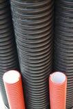 El plástico instala tubos la línea corriente de la industria del industriell del poder de la electricidad Fotos de archivo libres de regalías