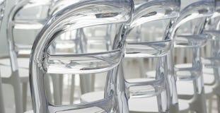 El plástico moderno de las filas diseñó sillas Imágenes de archivo libres de regalías