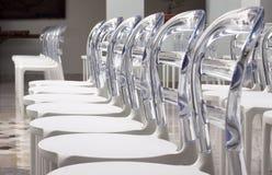 El plástico moderno de las filas diseñó sillas Foto de archivo