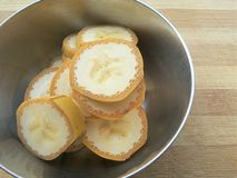 El plátano corta el montón en cuenco Fotos de archivo