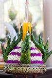 El plátano doblado deja el adornamiento con el sti de la flor, de la vela y del ídolo chino Imagen de archivo