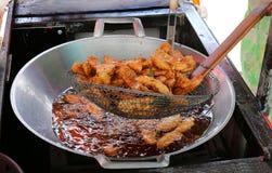 El plátano frió en un fuelóleo doméstico de la cacerola, plátano frito de la calle fácil asiática tailandesa de la comida foto de archivo