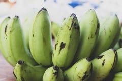El plátano verde pero la corteza es verdes fotografía de archivo libre de regalías