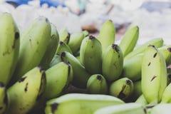 El plátano verde pero la corteza es verdes imagenes de archivo