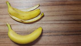 el plátano y el plátano pelan en una tabla de madera Imagenes de archivo