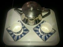 El placer de las tazas y de la caldera de té y se relaja fotos de archivo libres de regalías