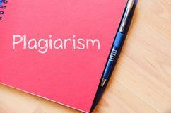 El plagio escribe en el cuaderno Fotografía de archivo
