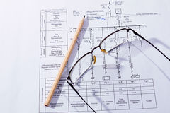 El plan, los vidrios y el lápiz del edificio imagen de archivo