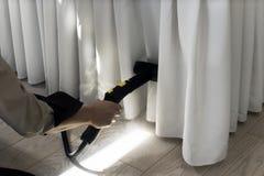 El planchar con el vapor de la ropa Fotos de archivo libres de regalías