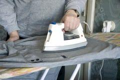 El planchar de una camisa Imagen de archivo