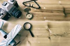 El planeamiento y la ropa del turismo necesitaron para el viaje en la tabla de madera Imagen de archivo libre de regalías