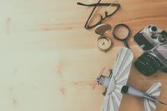 El planeamiento y la ropa del turismo necesitaron para el viaje en la tabla de madera Fotografía de archivo libre de regalías