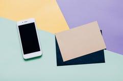 El plano creativo pone el escritorio del espacio de trabajo del estilo con smartphone Fotos de archivo