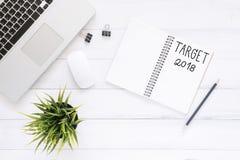 El plano creativo pone la foto del escritorio del espacio de trabajo con el cuaderno y el ordenador portátil de la lista del Año  Fotos de archivo libres de regalías